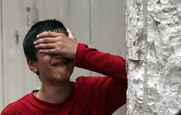Menino chora nesta quarta-feira (21) ao saber da morte de Abdelrahman Majdi Naim, seu parente, na Faixa de Gaza (Foto: AFP)
