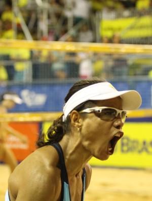 Juliana vibra com a vitória na semifinal (Foto: Paulo Frank/CBV)