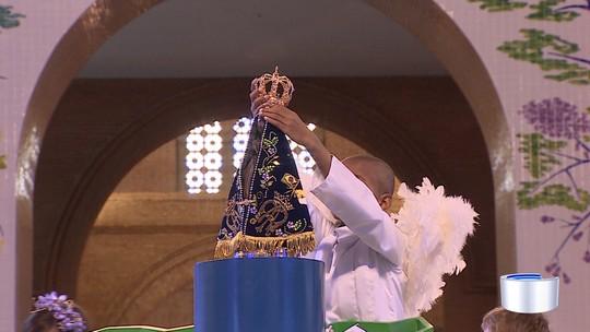 Fiéis celebram em missa coroação à Nossa Senhora em Aparecida, SP