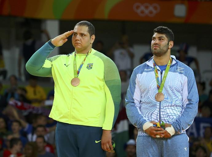 Rafael Silva, o Baby, bate continência no pódio ao receber a medalha de brinze (Foto: /Murad Sezer / Reuters)