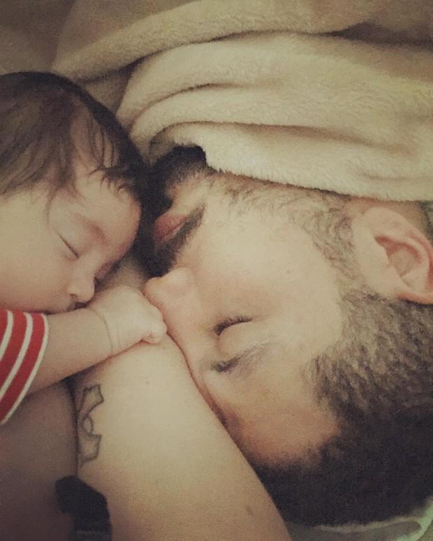 E essa sonequinha com o papai? Como resistir a esse chamego de pai e filho? (Foto: Reprodução / Instagram)