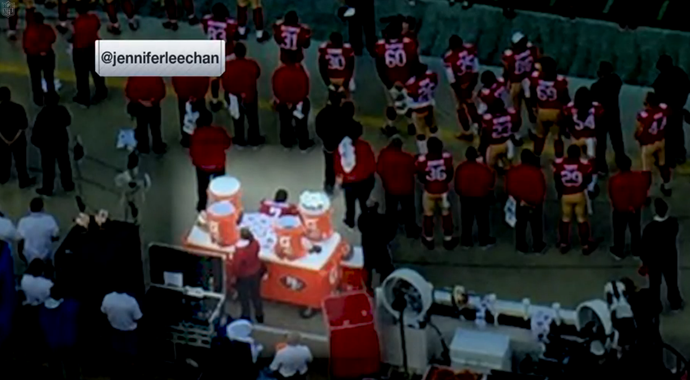 Colin Kaepernick no momento da execução do Hino Nacional dos Estados Unidos (Foto: Reprodução NFL)