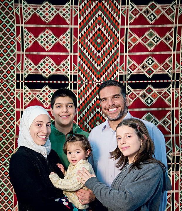 Família Al-Tinawi, no restaurante aberto há um mês, no Brooklin: Ghazal com a brasileirinha Sara no colo, o filho Riad, Talal e Iara, a filha do meio (Foto: Mário Rodrigues/Editora Globo)