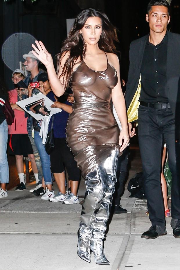 Ego Kim Kardashian Investe Em Look Ex 243 Tico E Acaba