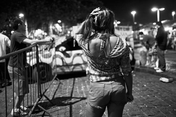 Uma das garotas que circulam por Copa (Foto: Lianne Milton)