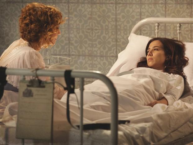 Laura acorda no sanatório e vê Constância (Foto: Lado a Lado/TV Globo)