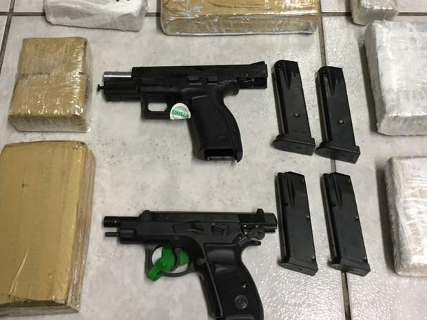 Pistolas e tabletes de maconha eram levados ao Rio de Janeiro (Foto: Divulgação/ Polícia Rodoviária Itararé)