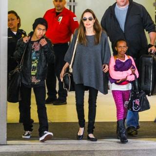 Angelina Jolie com os filhos Maddox e Zahara (Foto: AKM)
