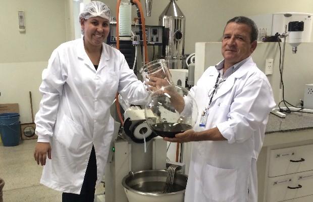 Farmacêuticos retiram extratos da entrecasca da raíz da mama-cadela (Foto: Paula Resende/ G1)