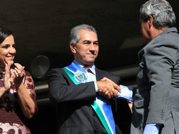 Ex-governador André Puccinelli passa a faixa governamental de Mato Grosso do Sul para o governador Reinaldo Azambuja (Foto: Lucas Lourenço/G1 MS)