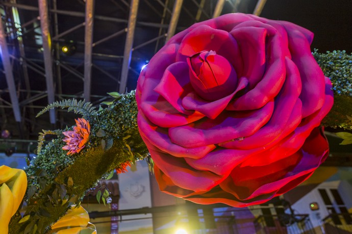 Flores gigantes enfeitavam o portal (Foto: Artur Meninea/Gshow)
