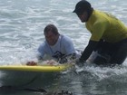 Prancha adaptada permite que surfista paraplégico volte ao mar