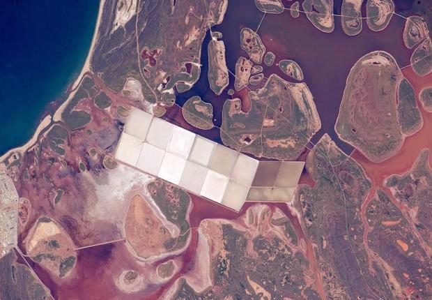 Lagunas são vistas na faixa costeira da Austrália, em foto feita em 11 de junho pelos astronautas da Estação Espacial Internacional (Foto: NASA)