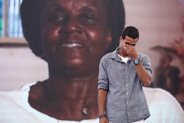 Após ver depoimento da madrinha, o ator voltou a chorar (Foto: Inácio Moraes/ Gshow)