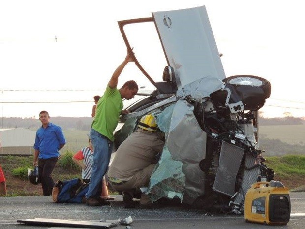 Carro ficou completamente destruído após capotamento. Rio Preto (Foto: Jociano Garofolo/colaboração)
