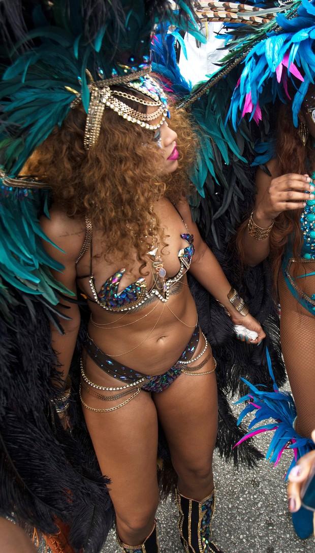 Rihanna se diverte no carnaval de Barbados (Foto: AKM)