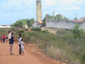 Familiares reclamam de falta de informações sobre presos de Alcaçuz (Foto: Andrea Tavares/G1)