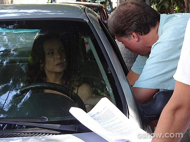 Vanessa Gerbelli conversa com o diretor João Boltshauser (Foto: Em Família/TV Globo)