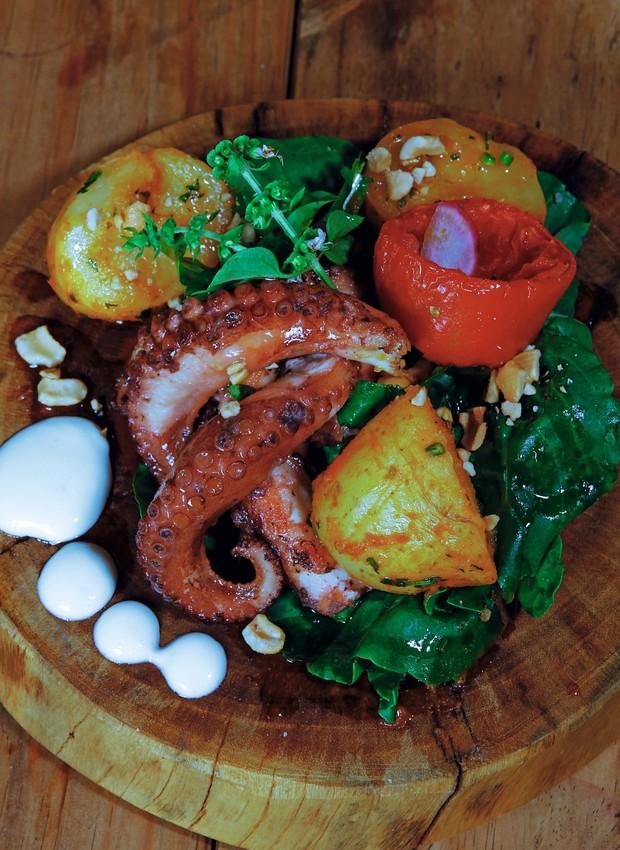 Polvo grelhado com rúcula, tomate confitado, batatas e maionese de páprica servido no Gênesis (Foto: Divulgação)