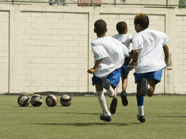Crianças jogando futebol na sede do Insituto Bola pra Frente, no Rio de Janero (Foto: Divulgação)