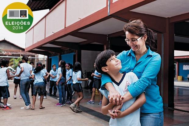 CUSTO ZERO A dona de casa Márcia Cruz e seu filho Bernardo, na Escola Estadual Duque de Caxias, em Belo Horizonte. Eles estão satisfeitos com a qualidade do ensino público (Foto: Marcus Desimoni/Nitro)