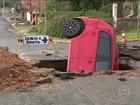 Carro cai em um buraco enorme na Região Metropolitana de Porto Alegre