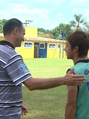 Wagner Lopes e Yuki conversam em treino do Comercial (Foto: Carlos Trinca / EPTV)