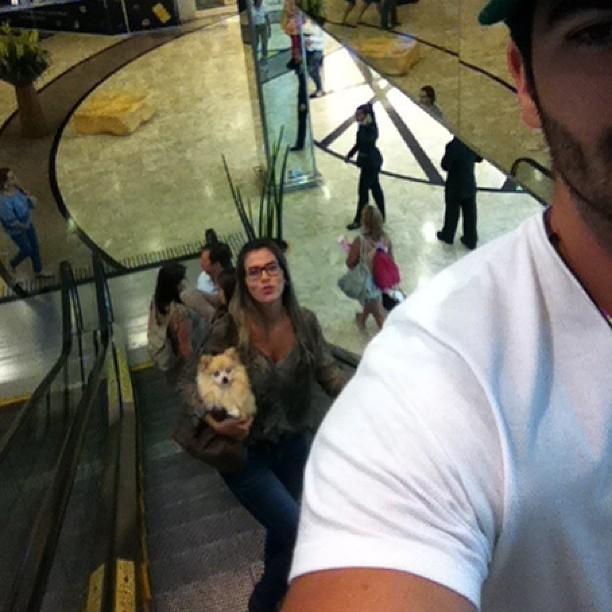Adriana e Rodrigão passeiam em shopping com cachorro (Foto: Reprodução/Instagram)