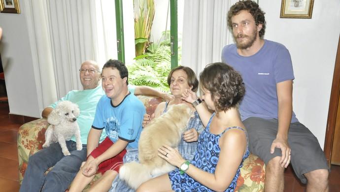 Fabricio Galvão e sua família, atleta com síndrome de down (Foto: Robson Boamorte)