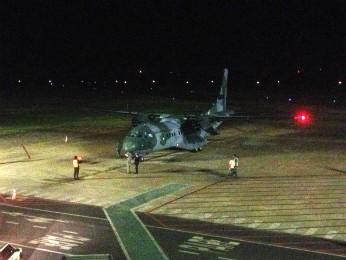 Corpo do piloto Marcos Martins chegou à Maringá em um avião da FAB (Foto: Bruno Fávaro/ RPCTV Maringá)