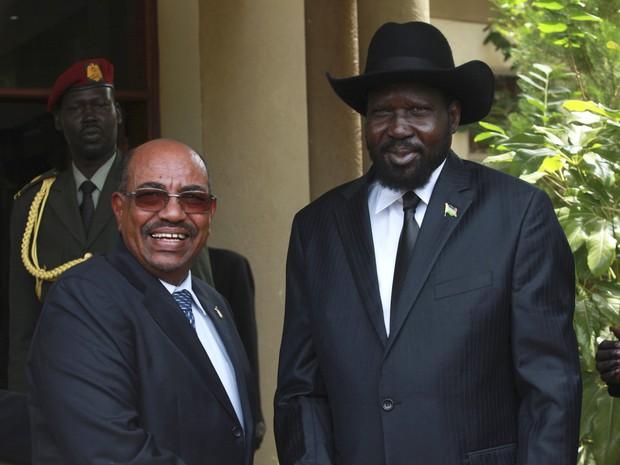 Presidente do Sudão do Sul Salva Kiir (à direita) recebe o presidente do Sudão Omar Hassan al-Bashir (à esquerda) fora do seu escritório presidencial nesta sexta-feira (12) em Juba (Foto: REUTERS/Andreea Campeanu)