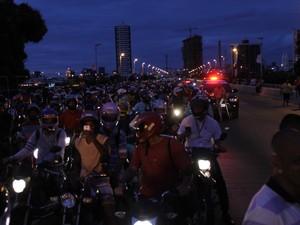 Manifestantes bloqueiam Ponte Presidente Dutra em petrolina (Foto: Amanda Franco/G1)