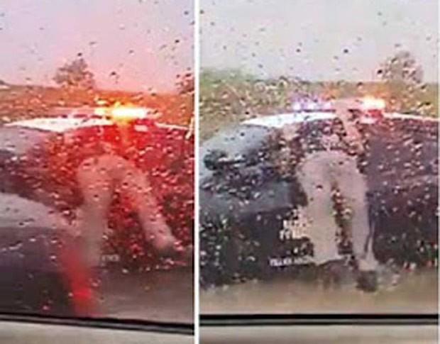 Policial foi flagrado entalado no vidro da própria viatura nos EUA (Foto: Reprodução/YouTube/ViralHog)