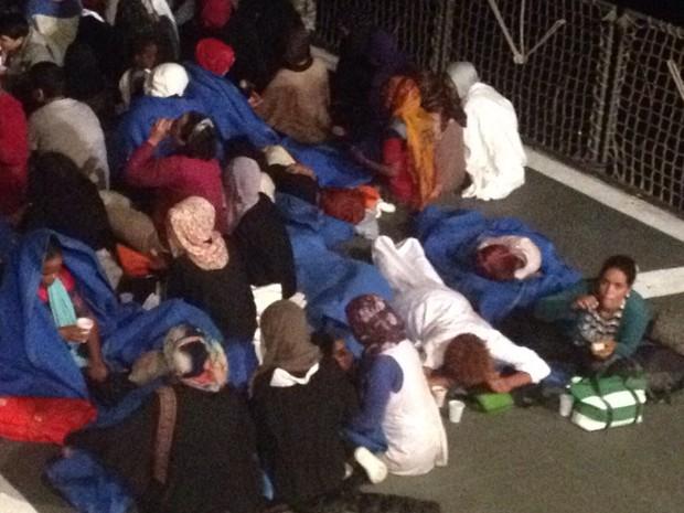 Imigrantes resgatados de embarcação que saiu da Líbia com destino à Itália receberam comida e remédios a bordo de corveta do Brasil (Foto: Divulgação)