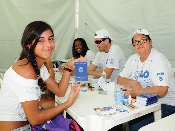 Na Ação Global, jovem faz sua primeira Carteira de Trabalho (Foto: Divulgação Rede Globo)