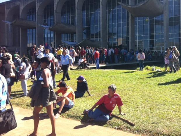 Indígenas ocupam entrada do Ministério da Justiça durante protesto contra mudança nas regras para demarcação de terras (Foto: Luiza Facchina/G1)