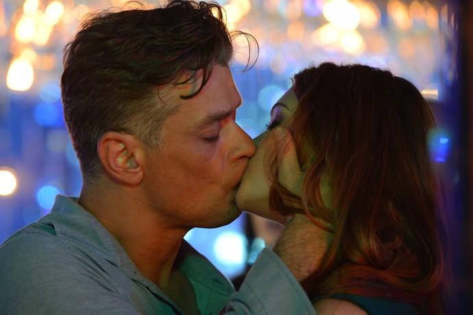 Arthur beija Eliza durante prova do concurso (Foto: Gshow / Pedro Carrilho)