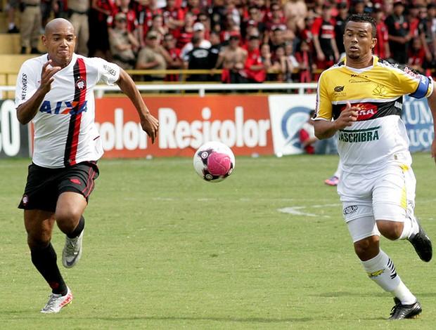 Luiz Alberto atlético-pr e Zé carlos criciúma (Foto: Fernando Ribeiro / Agência Estado)