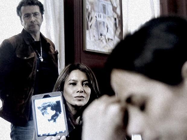 Roa mostra foto de Roberta se drogando (Foto: O Rebu / TV Globo)