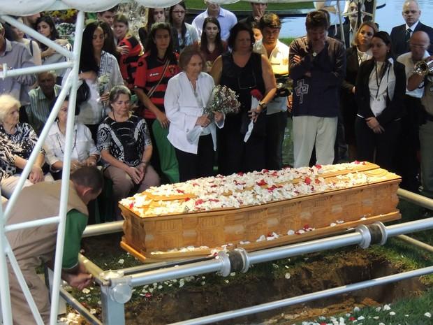 Familiares de Ariano Suassuna prestaram a última homenagem ao escritor no Cemitério Morada da Paz, em Paulista, no Grande Recife (Foto: Vitor Tavares / G1)