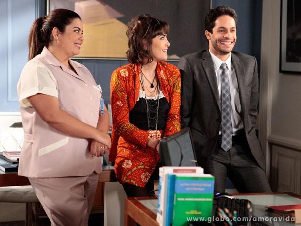 Perséfone e Patrícia percebem que Rafael está apaixonado (Foto: Pedro Curi/ TV Globo)