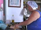 Mulher faz marmitas para alimentar moradores de rua há 20 anos