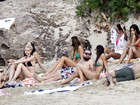 Leonardo DiCaprio curte praia rodeado de mulheres
