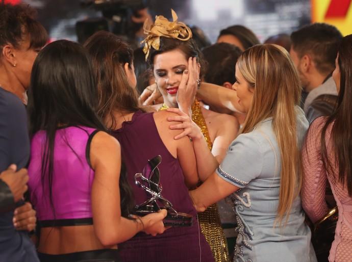 Sophia Abrahão é consolada pelas amigas de 'Dança dos Famosos' (Foto: Carol Caminha / Gshow)