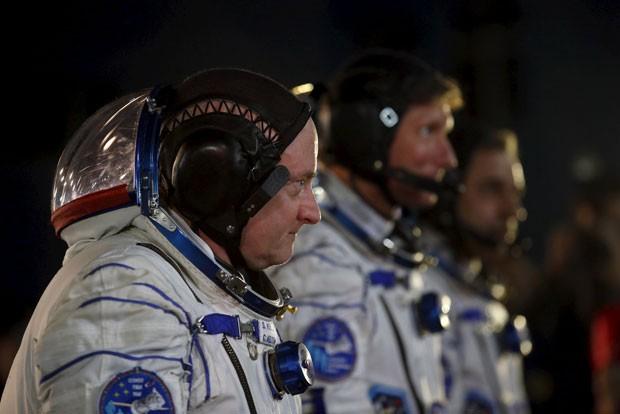 Equipe formada por Scoott Kelly, dos EUA, Mikhail Kornienko e Gennady Padalka, da Rússia, decolou nesta sexta rumo à Estação Espacial Internacional  (Foto: Reuters/Maxim Zmeyev)
