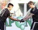 Com dois de Mandzukic, Juventus mantém série invicta e cola no líder