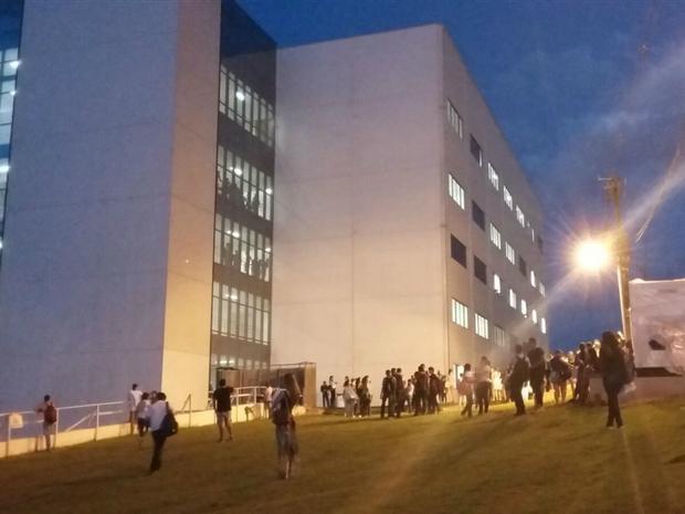 Alunos saíram de sala em faculdade após tremores nesta terça-feira (24) (Foto: Neto Bacelar/Arquivo Pessoal)
