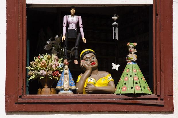 Artesanato local é exibido na janela de um casarão colonial do centro (Foto: Haroldo Castro/ÉPOCA)