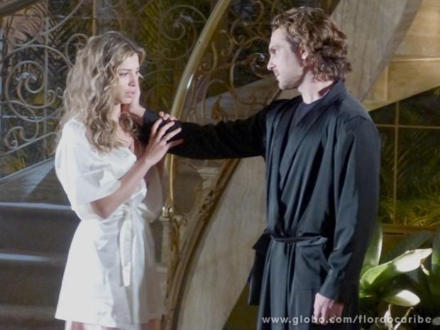 Quando Cassiano vai embora, Alberto tenta beijar a loira (Foto: Flor do Caribe / TV Globo)