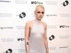 Kristen Stewart, de visual novo, usa vestido decotado em première